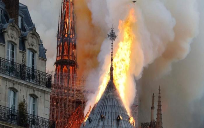 Vatra guta historijsku građevinu: Srušio se toranj crkve Notre Dame u Parizu! FOTO